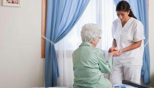 BWCPNE USA, Illinois, Metamora, Nurse giving pills to senior woman sitting on bed